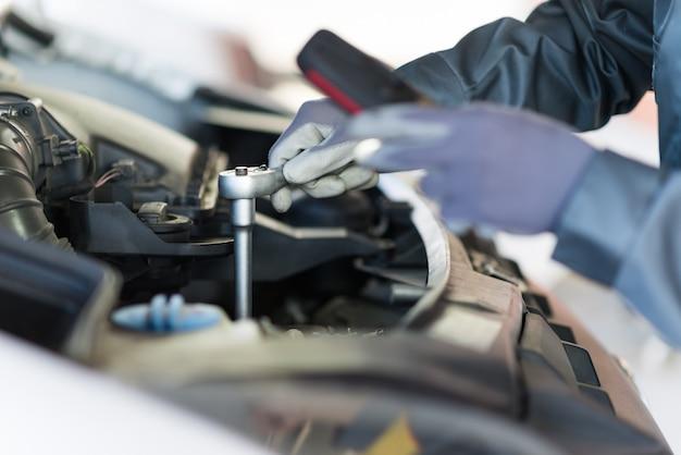 Mechainc, der einen van-motor repariert