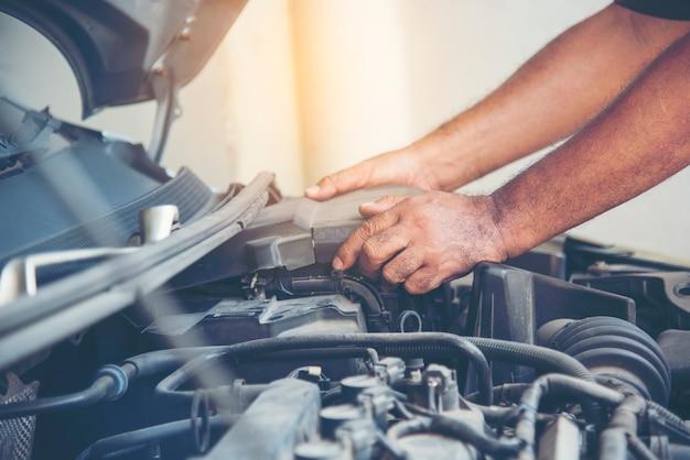 Mechanic car service in der autowerkstatt auto- und fahrzeugservice maschinenbau. automechaniker hände autoreparaturen kfz-techniker werkstattzentrum. dienstleistungen automotor maschine