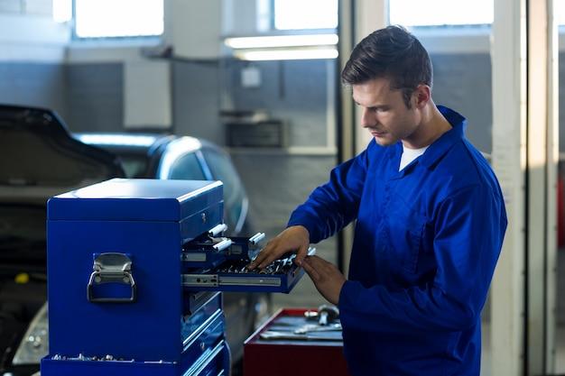 Mechanic prüfinstrument in werkzeugkasten