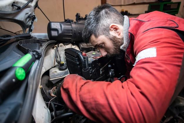 Mechaniker arbeiten am motor in der werkstatt