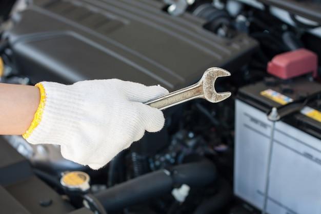 Mechaniker arbeitet in der garage