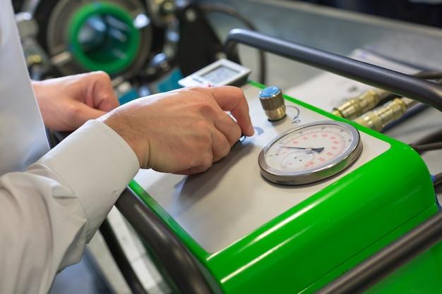 Mechaniker arbeitet mit kompressor