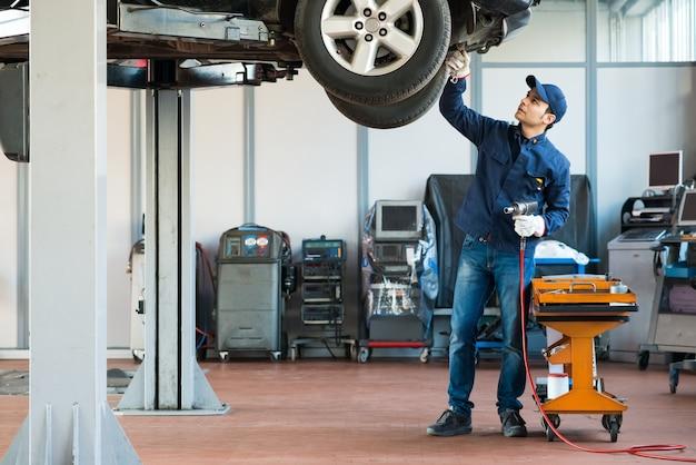 Mechaniker bei der arbeit in seiner garage