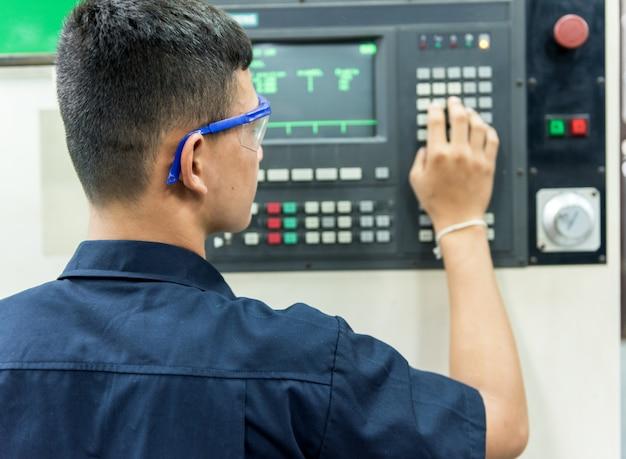 Mechaniker bei der metallbearbeitung in der werkzeugwerkstatt
