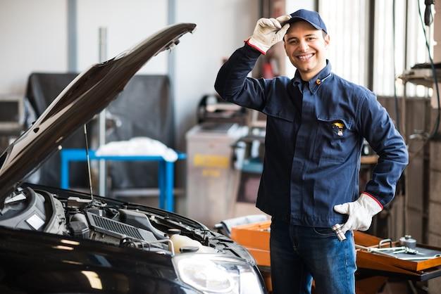 Mechaniker, der an einem automotor arbeitet