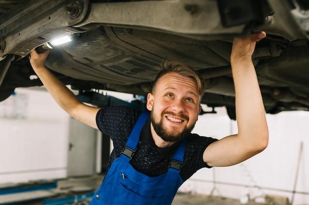Mechaniker, der arbeit genießt