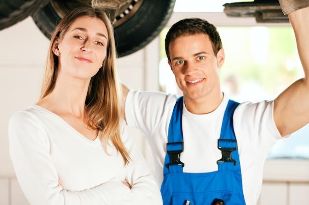 Mechaniker, der auto der frau repariert