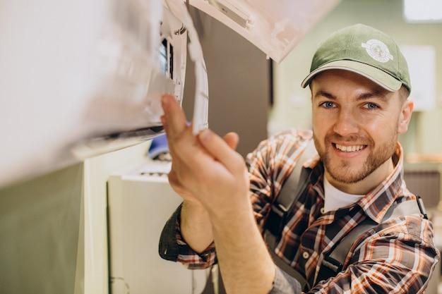 Mechaniker, der den service der klimaanlage durchführt
