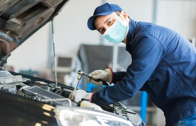 Mechaniker, der ein auto repariert