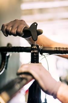 Mechaniker, der ein fahrrad repariert