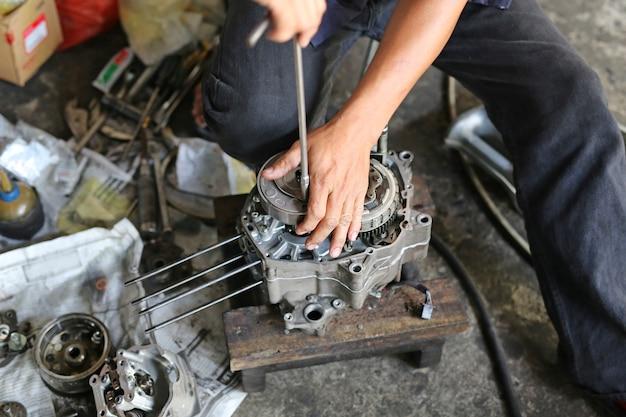 Mechaniker, der motorradmotor repariert