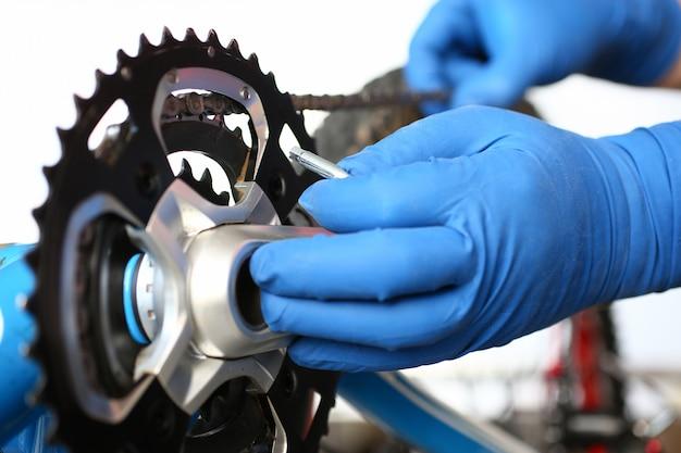 Mechaniker, der mountainbike repariert