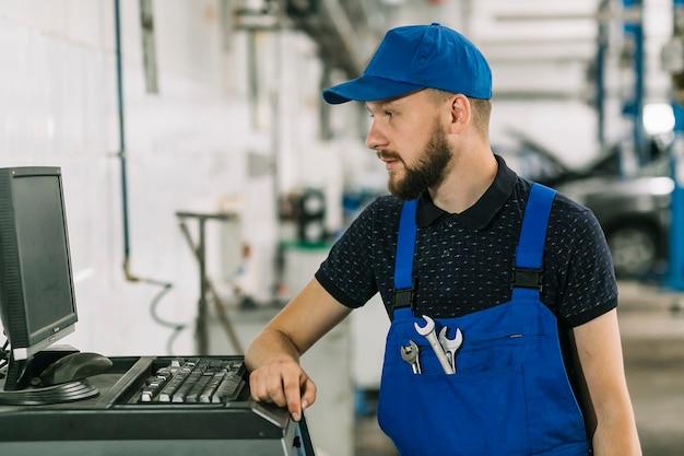 Mechaniker, die mit computer arbeiten