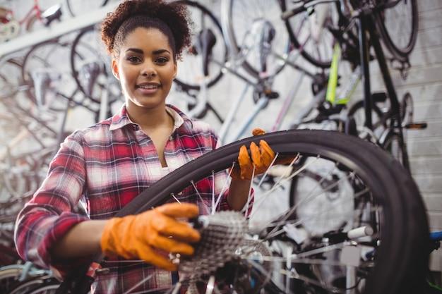 Mechaniker hält ein fahrrad-rad