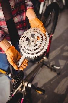 Mechaniker hält einen fahrradgang