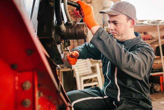 Mechaniker im arbeitsoverall bei der arbeit
