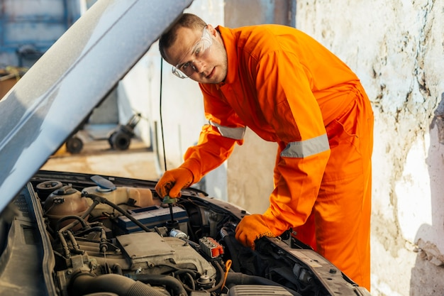 Mechaniker in uniform mit schutzbrille