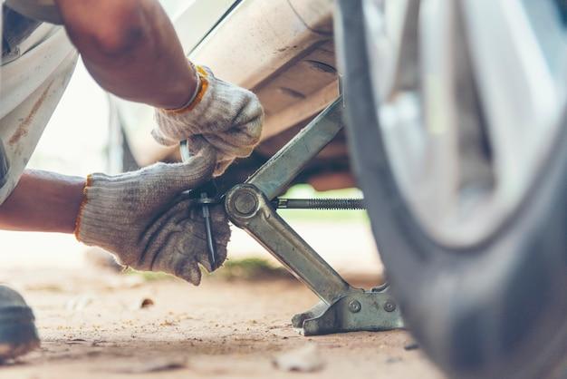 Mechaniker mann auto service reparatur autowerkstatt autocar fahrzeuge service mechaniker mann engineering.