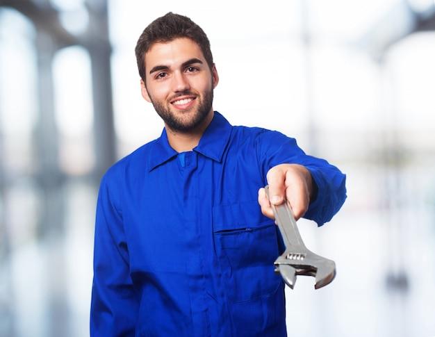 Mechaniker mann mit schraubenschlüssel