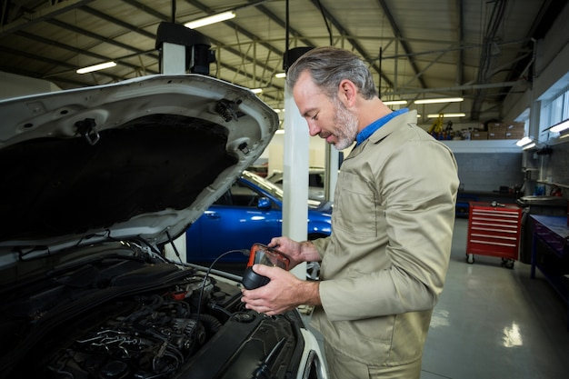 Mechaniker mit einem diagnose-tool
