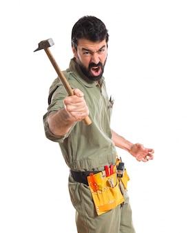 Mechaniker mit einem hammer