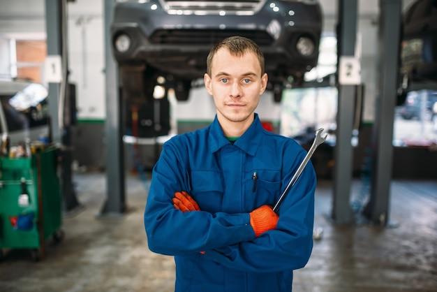 Mechaniker mit einem schraubenschlüssel in den händen