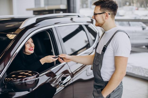 Mechaniker mit kunden in der autowerkstatt