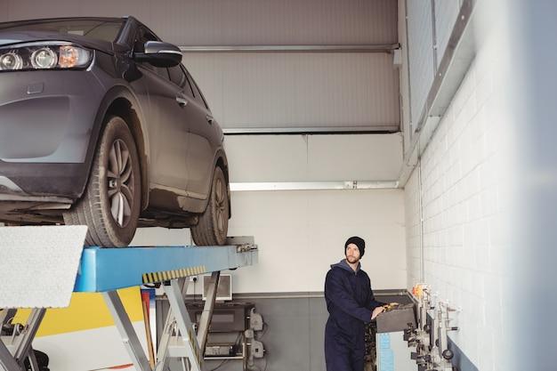 Mechaniker mit schaltkasten