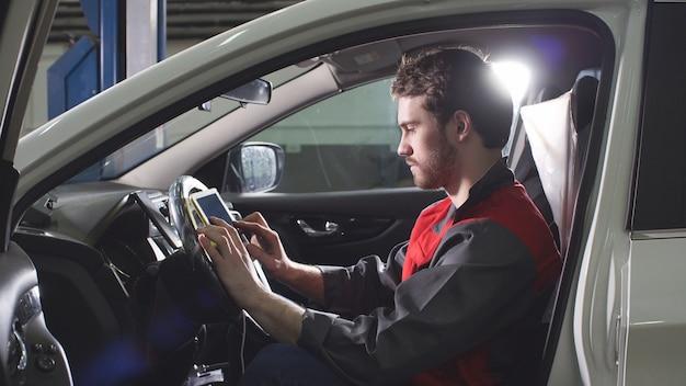 Mechaniker nutzt moderne technologien in der werkstatt