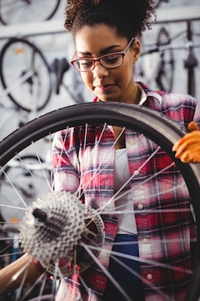 Mechaniker prüfung eines fahrrad-rad