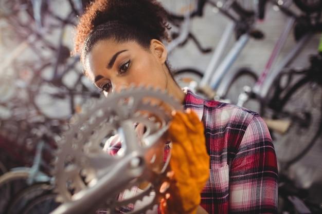 Mechaniker prüfung eines fahrradgang
