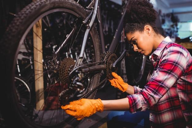 Mechaniker reparatur eines fahrrads