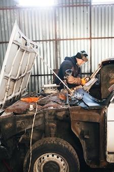 Mechaniker reparatur- und servicewagen in der garage