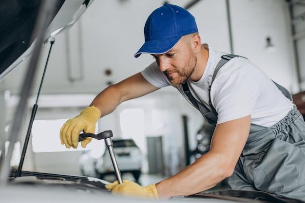 Mechaniker reparieren auto an der autowerkstatt Premium Fotos