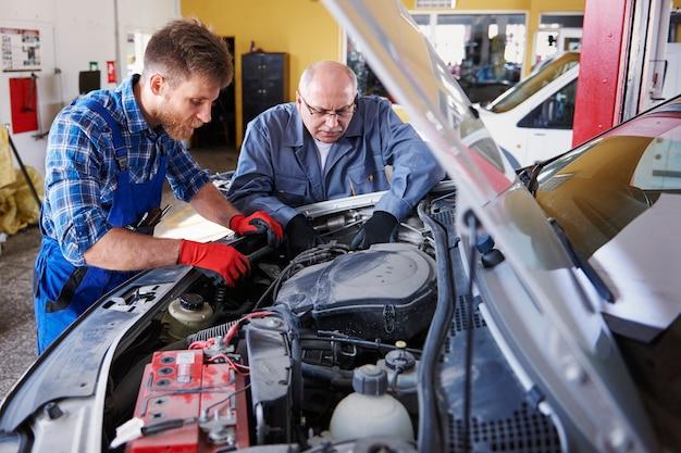 Mechaniker reparieren ein auto in der werkstatt