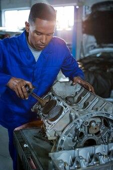 Mechaniker reparieren ein auto teile