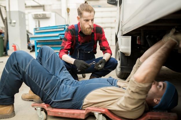 Mechaniker reparieren fahrzeug in garage