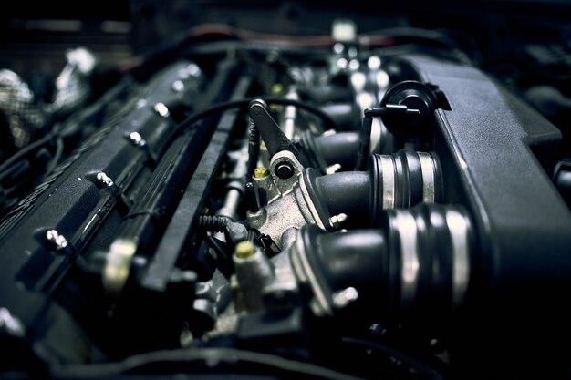 Mechaniker repariert auto am nachmittag in der werkstatt
