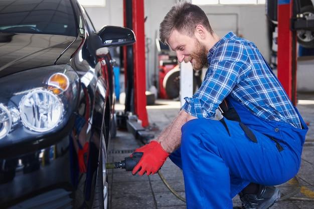 Mechaniker repariert ein auto in der werkstatt