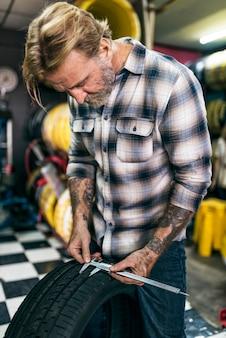 Mechaniker screwdriver fixing garage-konzept