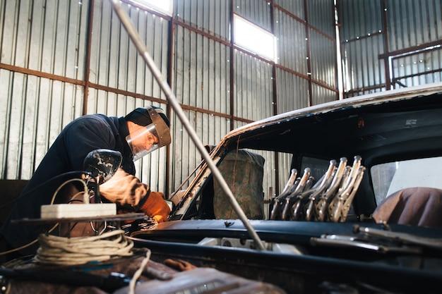 Mechaniker service altes auto in der garage