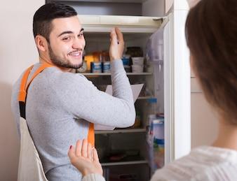 Mechaniker und hausfrau in der küche