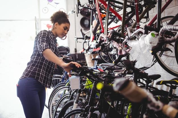 Mechaniker untersuchen fahrräder
