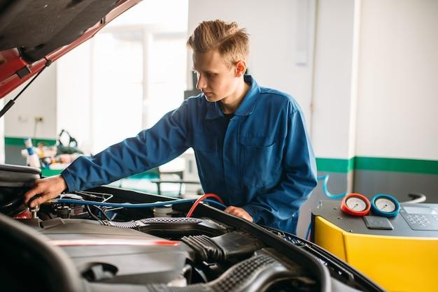 Mechaniker verbindet klimaanlage