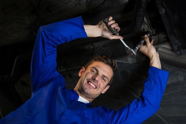 Mechaniker wartung ein auto