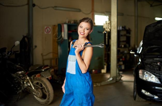 Mechanikerin in reparaturwerkstatt