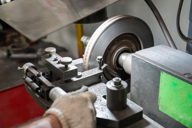 Mechanikermann, der scheibenbremsenauto repariert