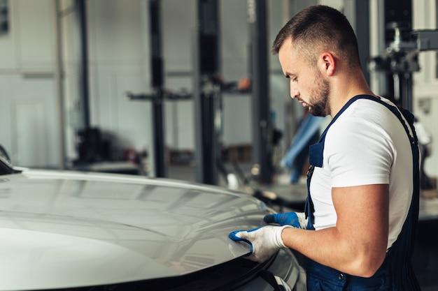 Mechanische männliche anhebende haube der seitenansicht
