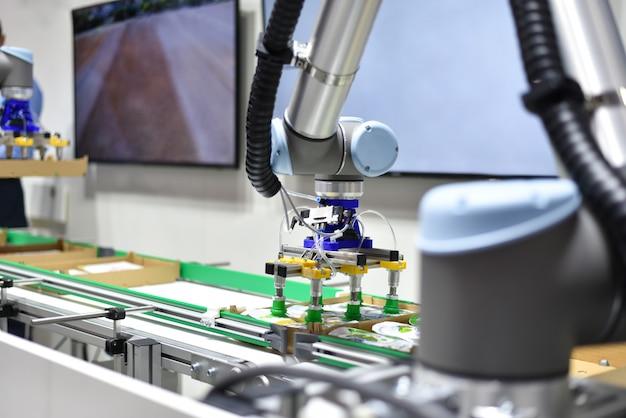 Mechanischer roboter mit künstlicher intelligenz sortiert produkte auf dem förderband
