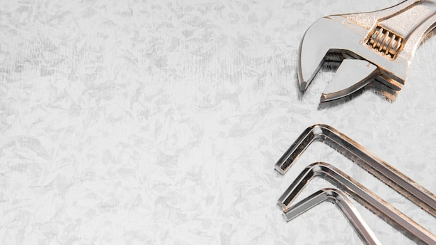 Mechanischer schraubenschlüssel auf dem schreibtisch mit kopierraum